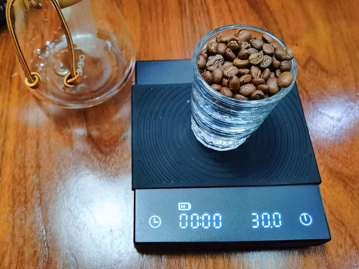 weigh-coffee-beans-for-chemex