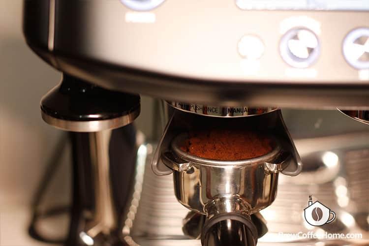 BES878 grinding coffee