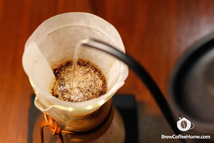 brewing-coffee-with-a-chemex